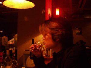 レンタル彼氏幻がバーで酒を飲む