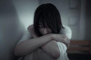 落ち込み悩む女性