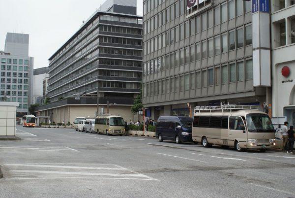 新宿駅西口スバルビル前朝9時のロケバス渋滞