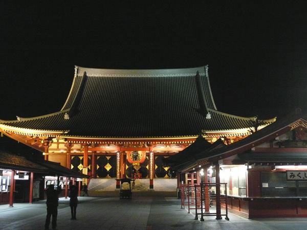 浅草寺本殿夜は人がいなくて静かです