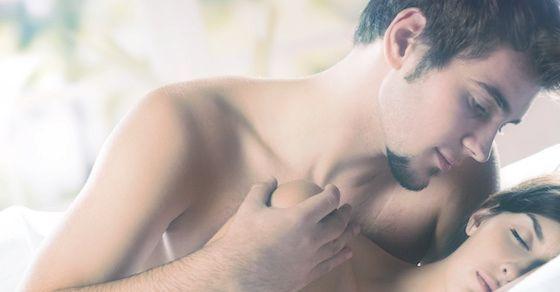 男は目を開けて女羽目をつぶってセックスする謎