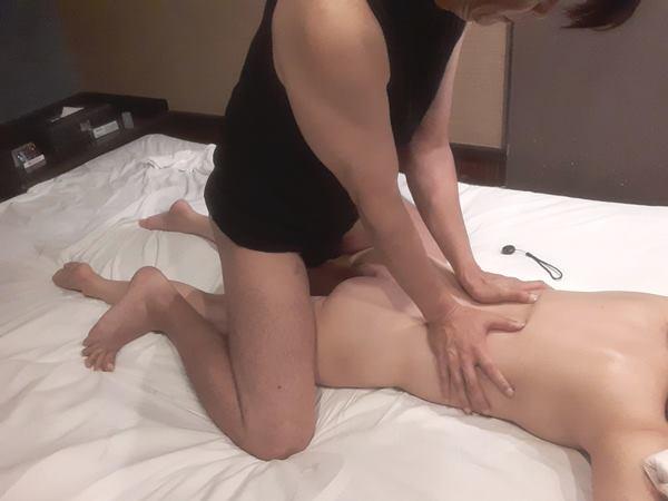 男性セラピスト出張アロママッサージ腰背肩